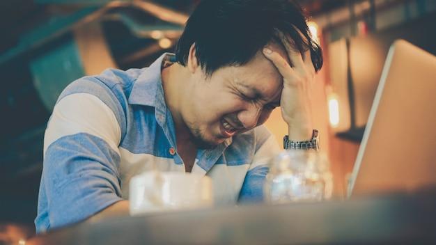 Asiatique, homme affaires, dans, costume décontracté, travailler, tête dans main, action, à, émotion stressante, à, co-wor Photo Premium