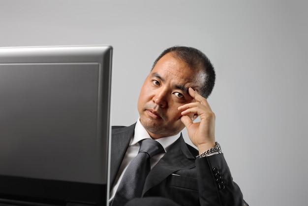 Asiatique homme d'affaires à la recherche de sérieux Photo Premium