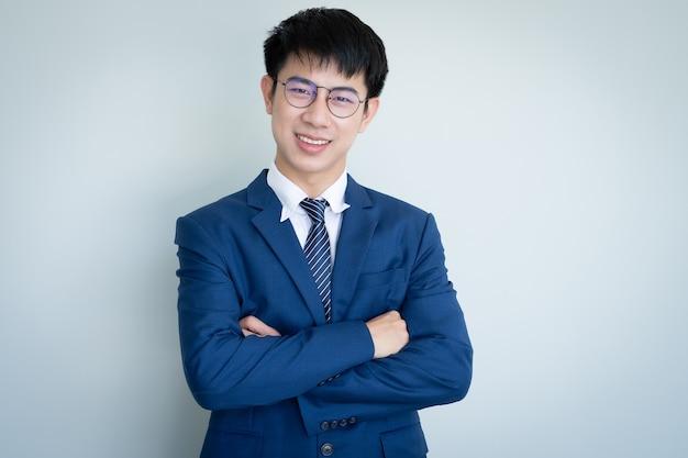 Asiatique Jeune Bel Homme Vêtu D'un Costume Photo Premium