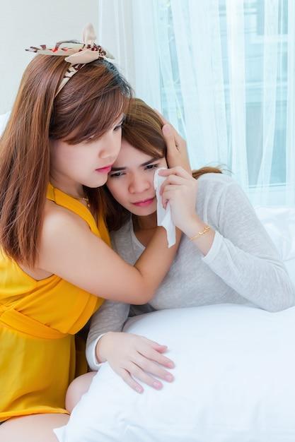 Asiatique, jeune femme, consoler, pleurer, amie Photo gratuit