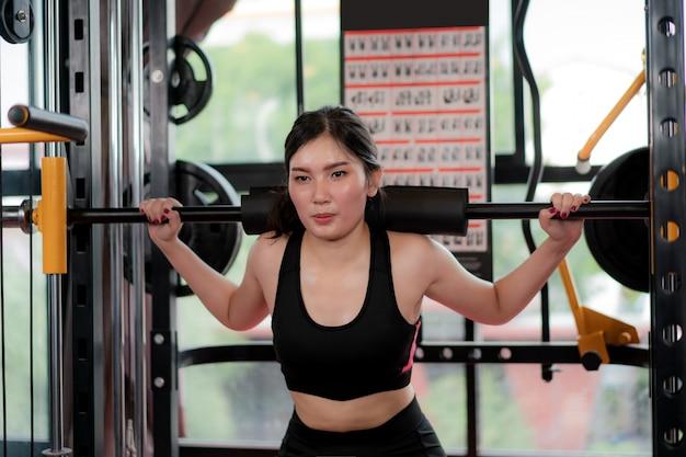 Asiatique jeune femme jouant de l'équipement de gymnastique à l'exercice construire son boday seul dans la salle de gym, ajustement sportif pour un mode de vie sain modèle asiatique de concept de gym de boxe. Photo Premium
