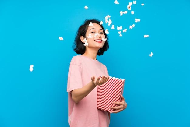 Asiatique, jeune femme, manger, pop-corn Photo Premium
