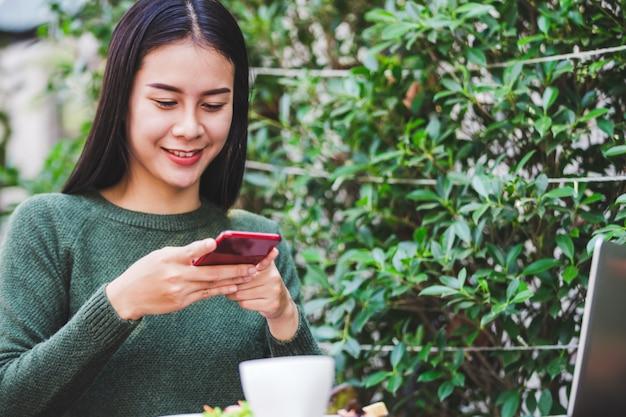 Asiatique, jeune femme, prendre photo de, petit déjeuner Photo Premium