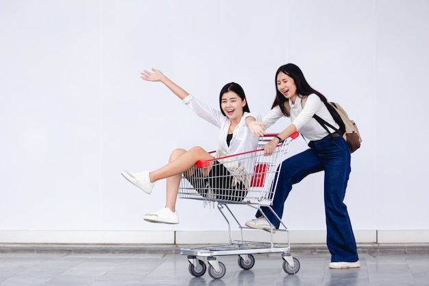 Asiatique jeune fille assise dans le panier pour le concept marketing Photo Premium