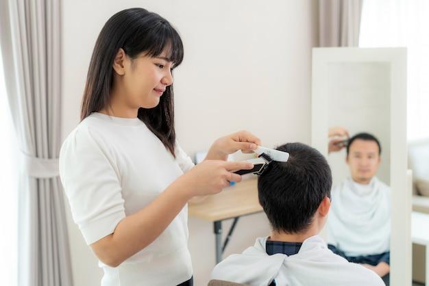Asiatique Jeune Homme Avec Sa Petite Amie Coiffeur Coupe Les Cheveux Avec Une Tondeuse A Cheveux