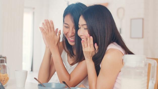 Asiatique lesbienne lgbtq influencer couple femmes vlog à la maison Photo gratuit