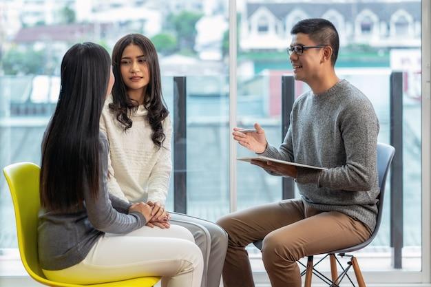 Asiatique médecin psychologue professionnel donnant la consultation aux patients amoureux lesbiennes Photo Premium