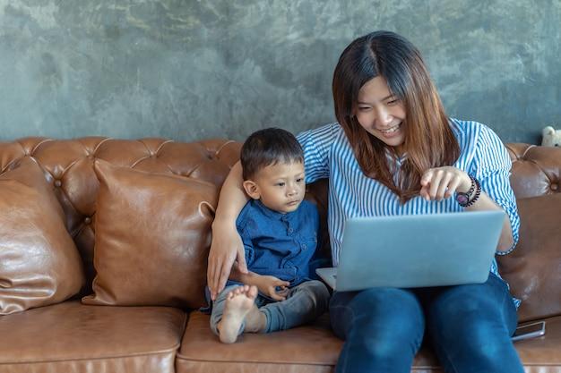 Asiatique mère célibataire avec fils à la recherche de dessins animés Photo Premium