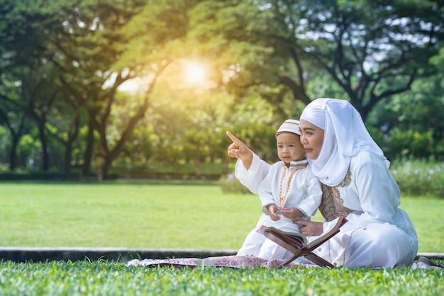 Asiatique, mère musulmane, et, son, fils, apprécier, temps qualité, à, parc, concept musulman mère et son Photo Premium