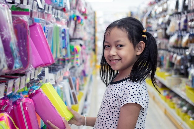 Asiatique petite fille souriante en magasin Photo Premium