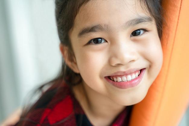 Asiatique petite fille souriante avec un sourire parfait et des dents blanches dans les soins dentaires Photo Premium
