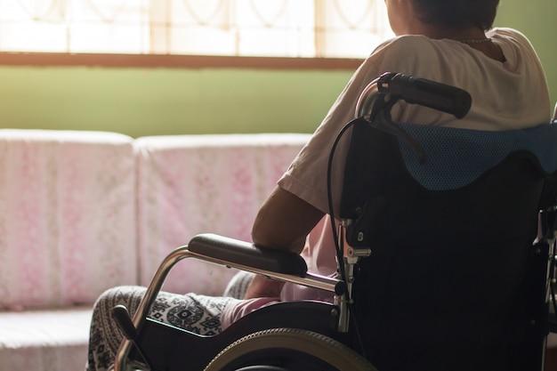 Asiatique senior ou âgée vieille dame patiente sur fauteuil roulant, concept médical sain Photo Premium