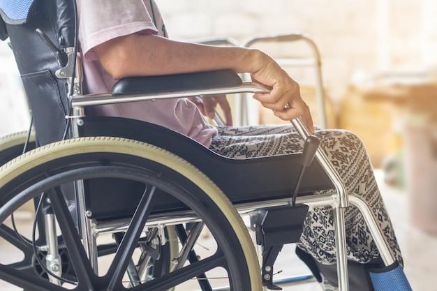 Asiatique senior ou âgée vieille dame patiente sur fauteuil roulant Photo Premium