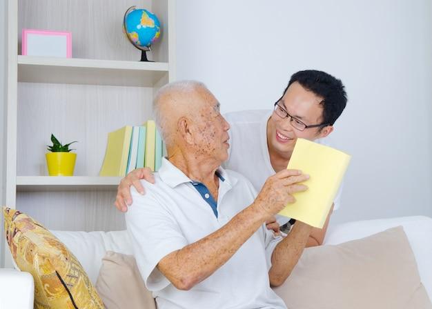 Asiatique senior homme et son fils Photo Premium