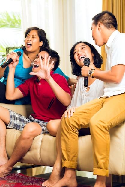 Les asiatiques chantant à la fête de karaoké Photo Premium