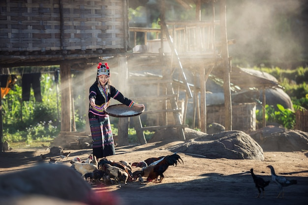 Asiatiques Nourrir Des Poulets à La Campagne Du Laos Photo Premium