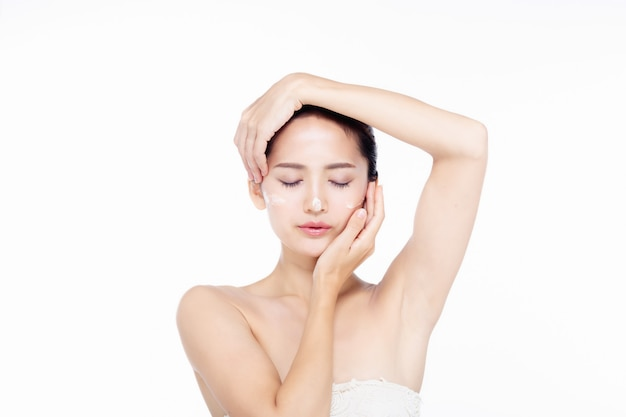 Asie belle jeune femme en robe blanche avec une peau propre et fraîche Photo Premium