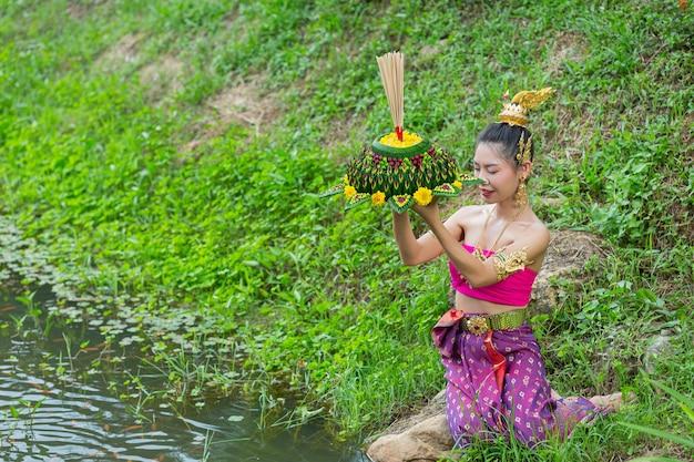 Asie Femme En Costume Thaï Traditionnel Tenir Kratong. Festival De Loy Krathong Photo gratuit