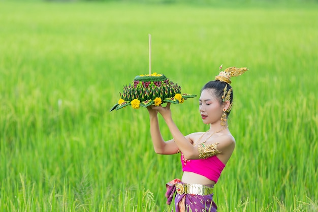 Asie Femme En Costume Thaï Traditionnel Tenir Kratong. Festival De Loy Krathong Photo gratuit
