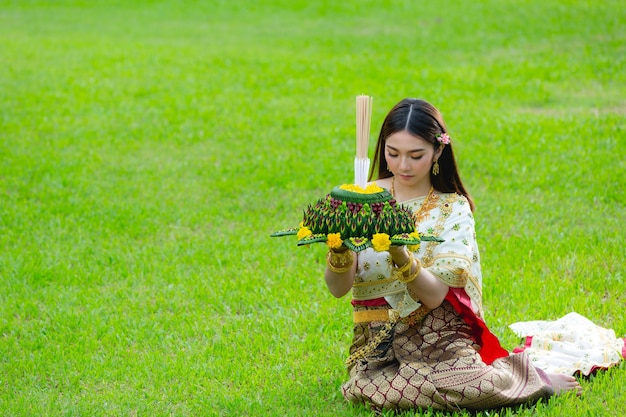 Asie Femme En Costume Thaï Traditionnel Tenir Kratong Loy Krathong Festival Photo gratuit