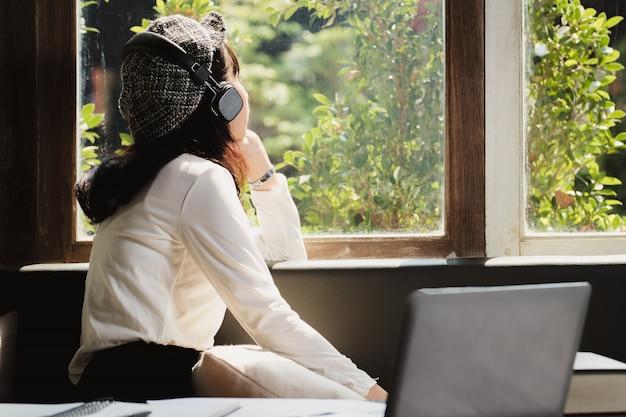 Asie femme écoutant de la musique avec solitaire. Photo Premium