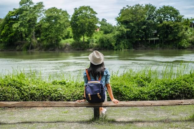 Asie femme regardant la rivière en temps de détente Photo Premium