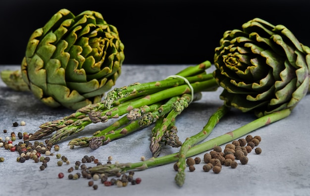 Asperges et artichauts aux herbes Photo Premium