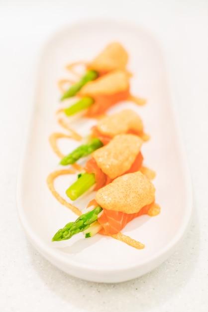 Asperges au saumon Photo gratuit