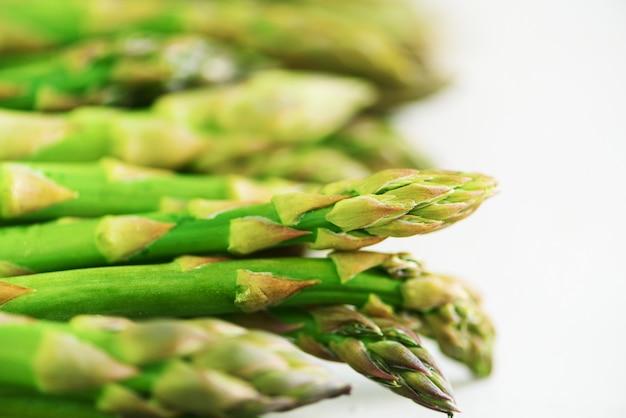 Asperges fraîches vertes sur fond gris. vue de dessus. concept de restauration cru, végétalien, végétarien et propre. Photo Premium