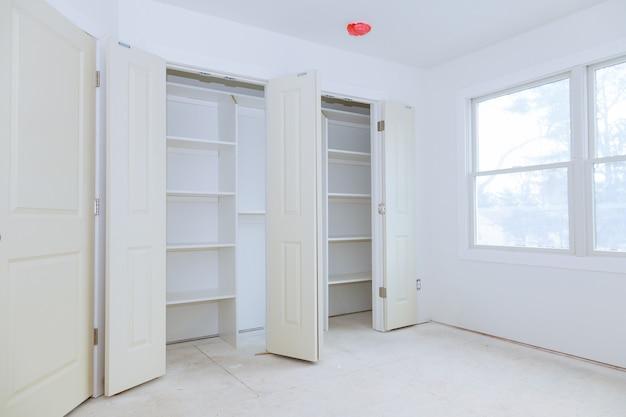 Assemblage du placard avec des étagères en bois Photo Premium
