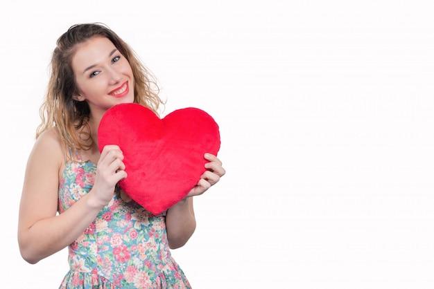 Assez Souriante Jeune Femme Avec Un Coeur Rouge Sur Blanc Photo Premium