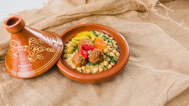 Assiette avec des aliments frais sur toile de jute Photo gratuit