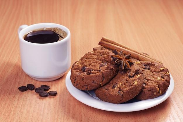 Assiette Avec Biscuits Au Chocolat Et Tasse De Café Chaud Sur Table En Bois Photo Premium