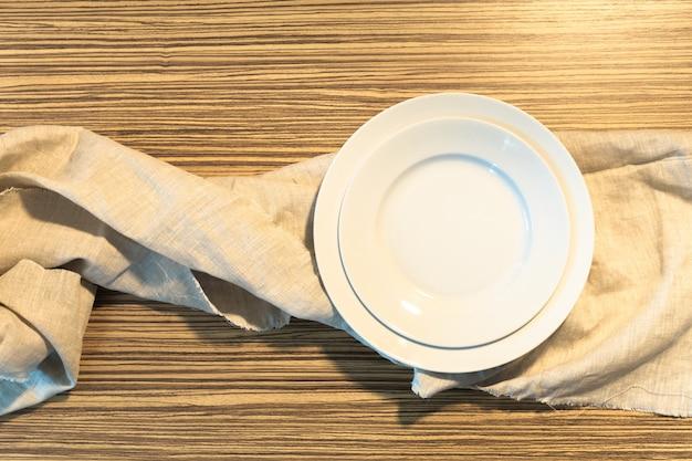 Assiette blanche sur une nappe Photo Premium