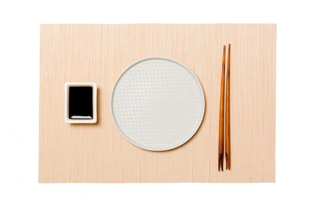 Assiette Blanche Ronde Vide Avec Des Baguettes Pour Sushi Et Sauce Soja Photo Premium