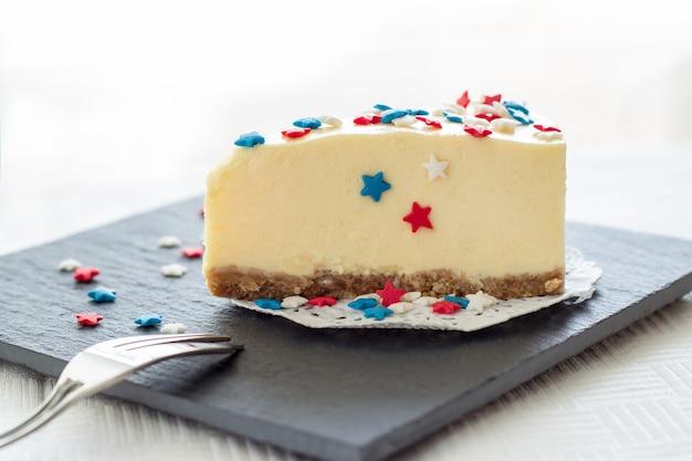 L'assiette blanche slice cheesecake de new york servie pour la fête le 4 juillet aux etats-unis Photo Premium
