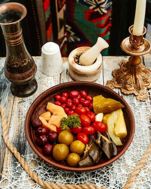Assiette En Bois Avec Des Cornichons Sur La Table Photo gratuit