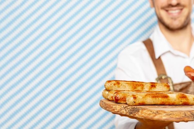 Assiette en bois avec saucisses allemandes Photo gratuit
