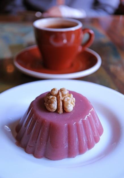 Assiette De Bonbons Géorgiens Traditionnels Appelés Pelamushi Avec Café Chaud Flou Photo Premium