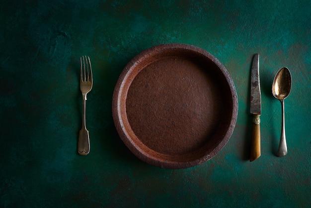 Assiette en céramique poterie sur grungy Photo Premium