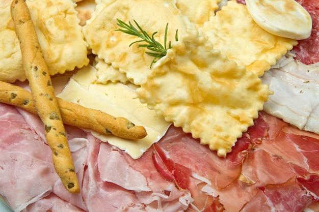 Assiette de charcuteries, fromages et boulettes frites Photo Premium