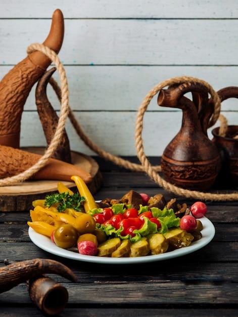 Assiette Avec Des Cornichons Sur Une Table En Bois Photo gratuit