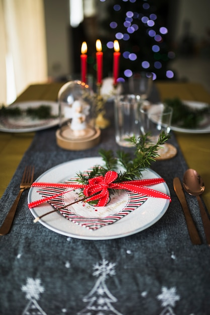 Assiette avec couverts sur table décorée pour noël Photo gratuit