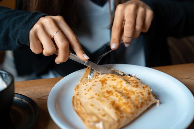 Sur une assiette crêpe avec du fromage cottage et des cerises. Photo gratuit