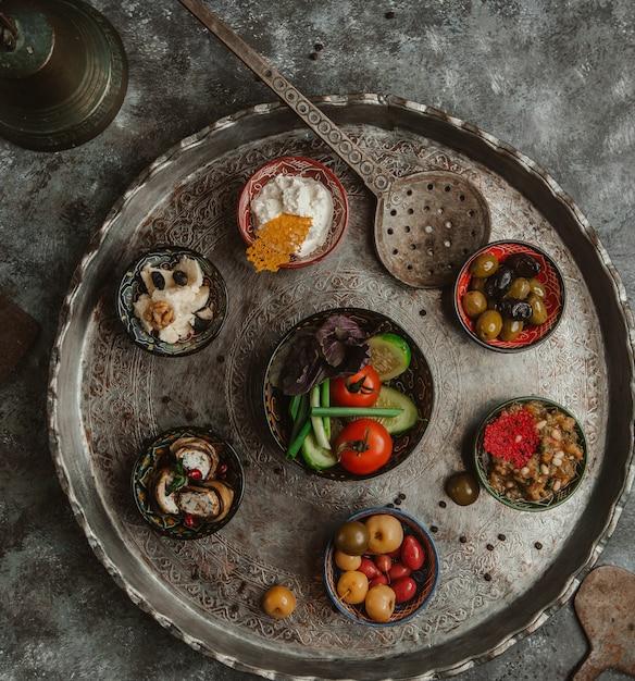 Une assiette de cuivre de sélection d'aliments marinés. Photo gratuit