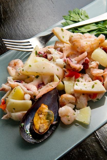Assiette délicieuse avec salade de fruits de mer Photo Premium
