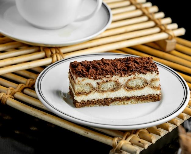 Assiette à dessert tiramisu italienne servie sur des planches de bambou Photo gratuit