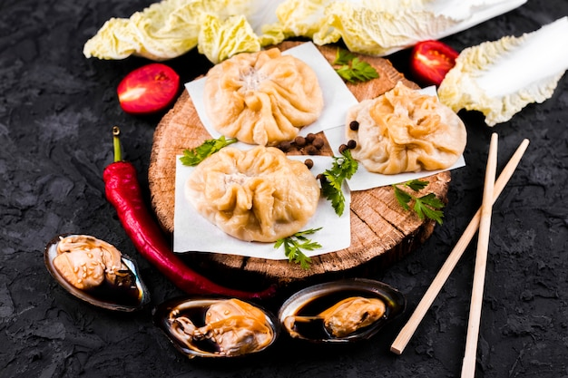 Assiette de dim sum asiatique délicieux Photo gratuit