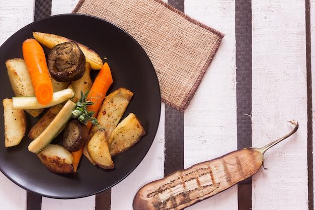 Assiette Avec Divers Légumes Photo Premium