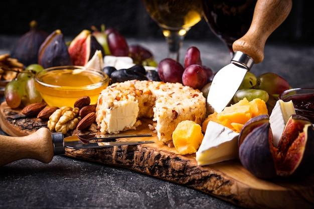 Assiette de fromages aux raisins et au vin Photo Premium